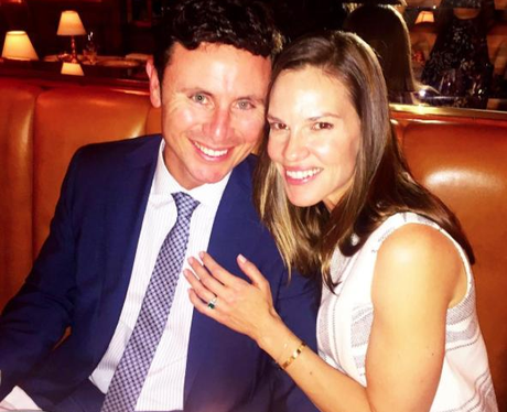 Hilary Swank shows off her gorgeous green engagement ring ...